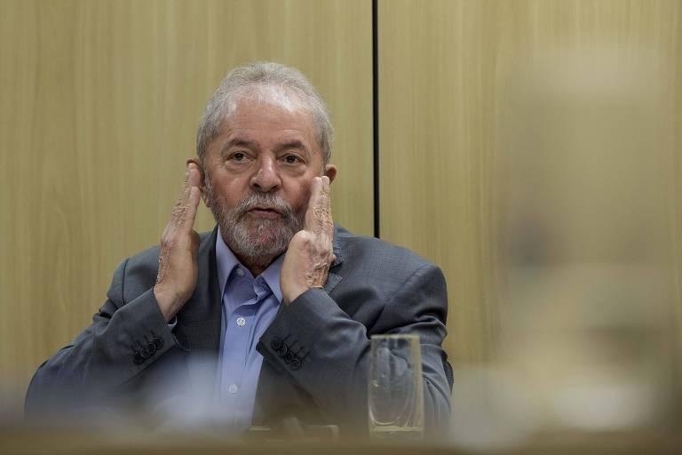 O ex-presidente Lula em entrevista a Folha. Ele coloca as duas mãos no ouvido.