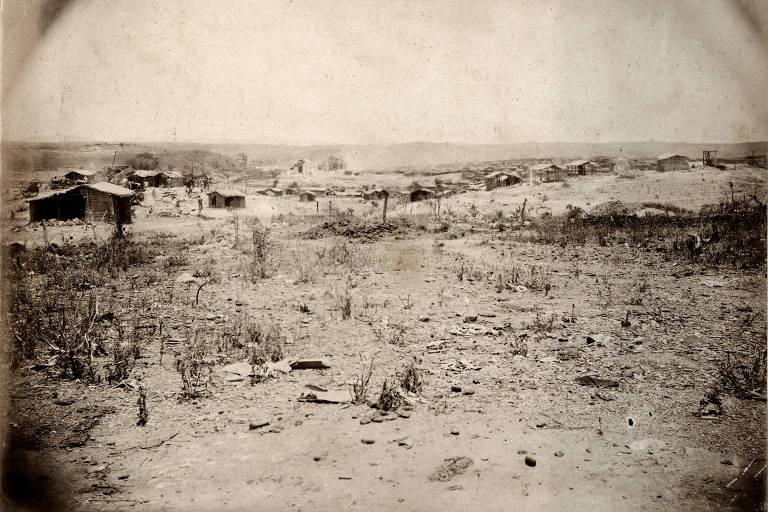 Vista panorâmica de Canudos do sul , antes do assalto final. A vegetação é rasteiras  e o ambiente é seco.