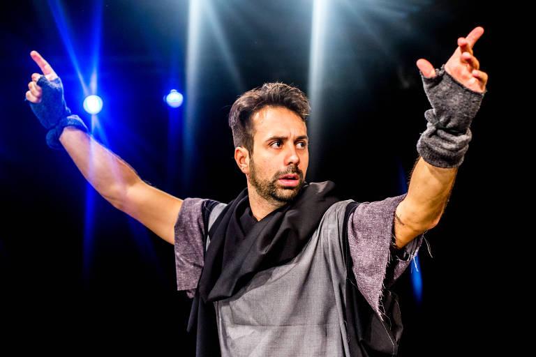 Vinicius Piedade no solo 'Hamlet Cancelado', no Teatro Pequeno Ato, em São Paulo