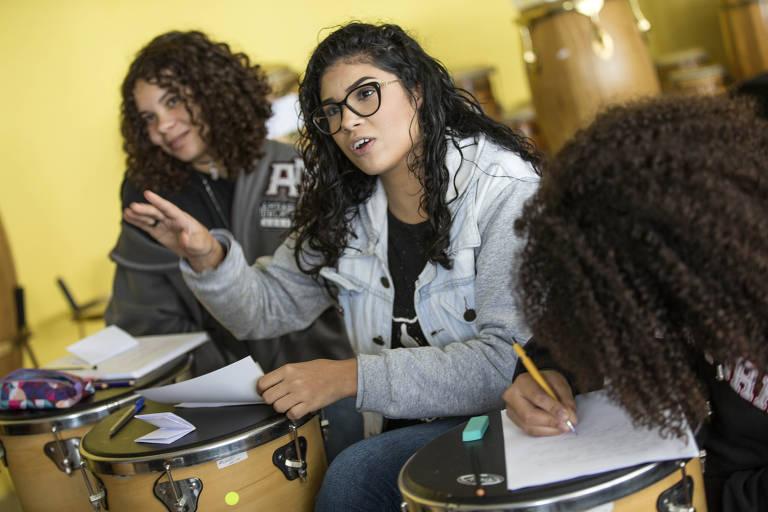 Projeto ensina liderança e política para meninas da periferia de SP