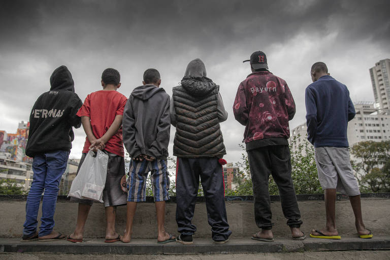 Crianças e adolescentes vivem no vão livre do Masp
