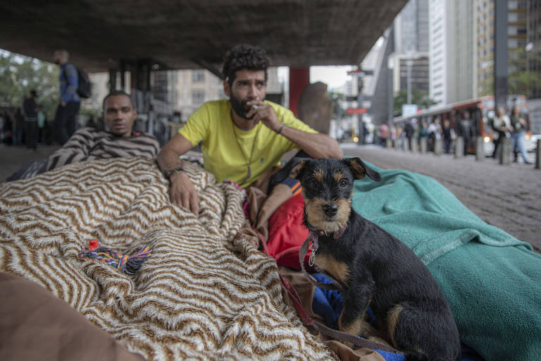 Hippierre Freitas, 34, e Thiago Rodrigo Simões, 29, dividem colchão no vão livre do Masp