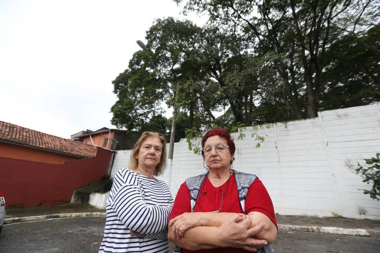 A aposentada Virgínia Aprahamian (à direita) com sua vizinha Araci Ayala Gomes; ela mora ao lado do Cemitério Chora Menino (zona norte) e reclama que as árvores precisam ser podadas