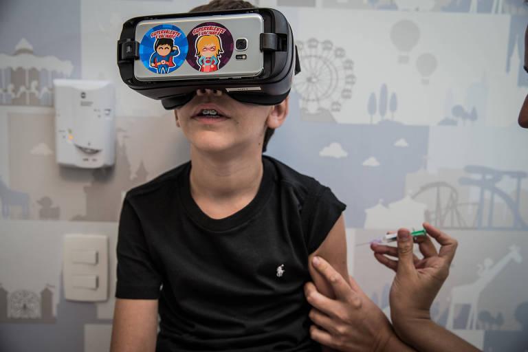 Menino se vacina com óculos de realidade virtual