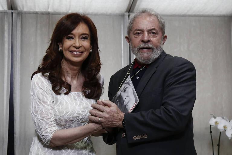 Lula e Cristina Kirchner dão as mãos e posam para foto