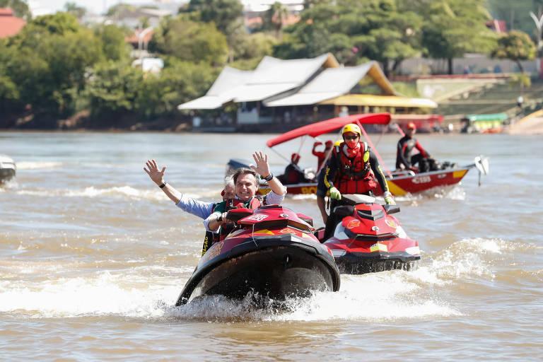 Jair Bolsonaro conduz moto aquática com o governador Ronaldo Caiado no rio Araguaia