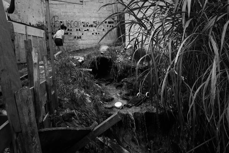 Esgoto a céu aberto na favela do Tanque, em São Mateus, zona leste paulistana