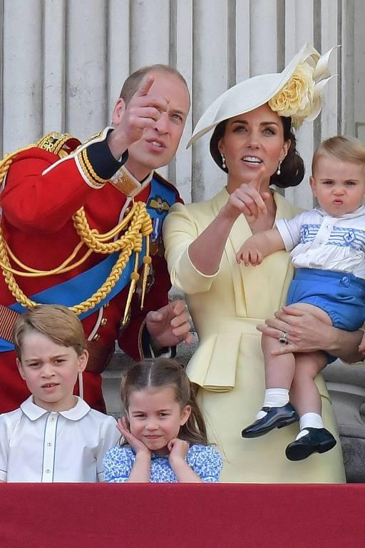 Príncipe Louis faz primeira aparição em evento público oficial da família real