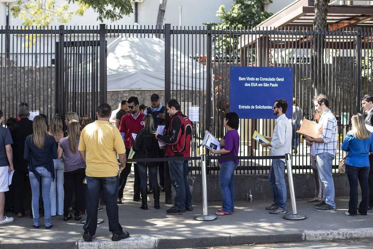 Brasileiros em fila na porta do consulado dos EUA em São Paulo