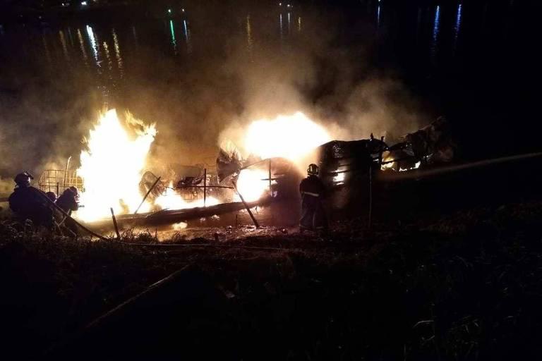 Barco com tambores de combustível explodiu no rio Juruá, no Acre