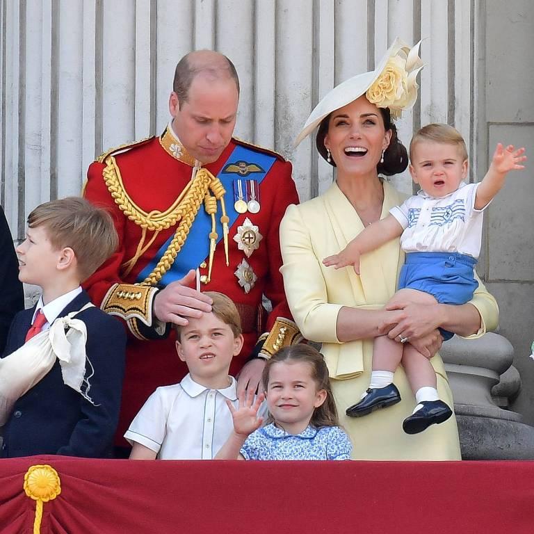 Príncipe Louis acena em sua primeira aparição em evento oficial no Reino Unido