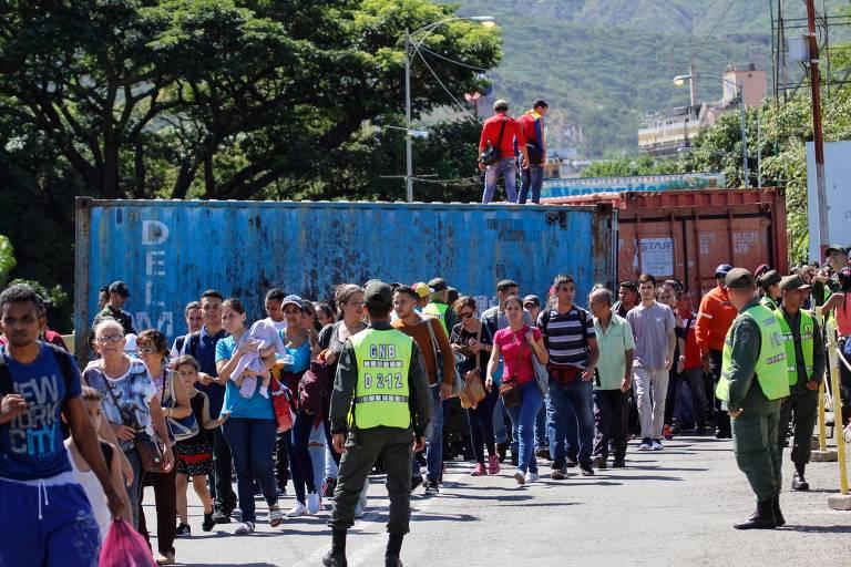 Venezuelanos na entrada da ponte da Símon Bolívar após a reabertura da fronteira com a Colômbia