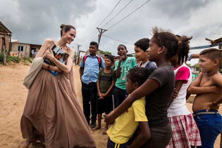 Angelina Jolie conversa com crianças em visita a Colômbia
