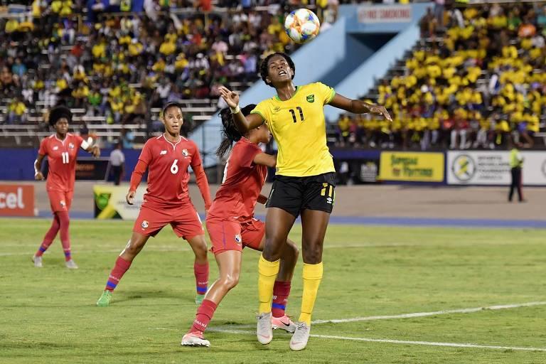 A atacante Khadija Shaw, 22, estrela da seleção da Jamaica, em jogo contra o Panamá, em maio