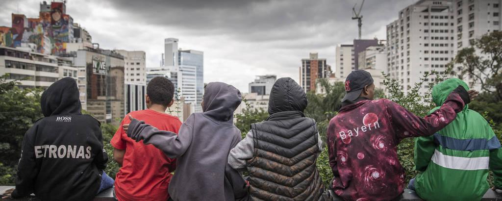 Menores de idade que vivem na avenida Paulista escolhem o vão-livre do Masp como abrigo