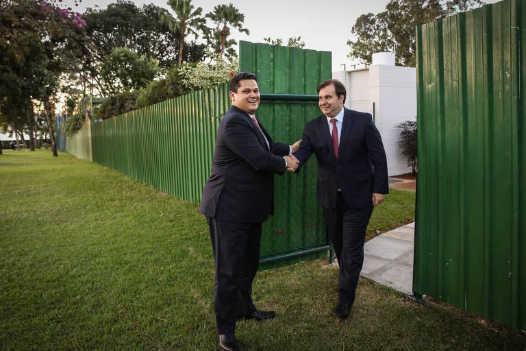 Rodrigo Maia, Presidente da Câmara dos Deputados, e Davi Alcolumbre, Presidente do Senado, concedem entrevista à Folha. Um portão entre as residências oficiais foi criado para facilitar as reuniões entre eles.