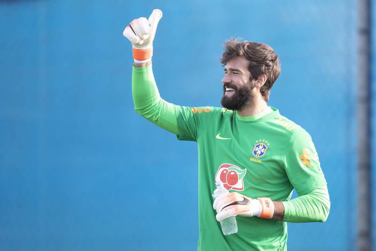 O goleiro Alisson, que deixou o Internacional em 2016, em treino da seleção em Porto Alegre