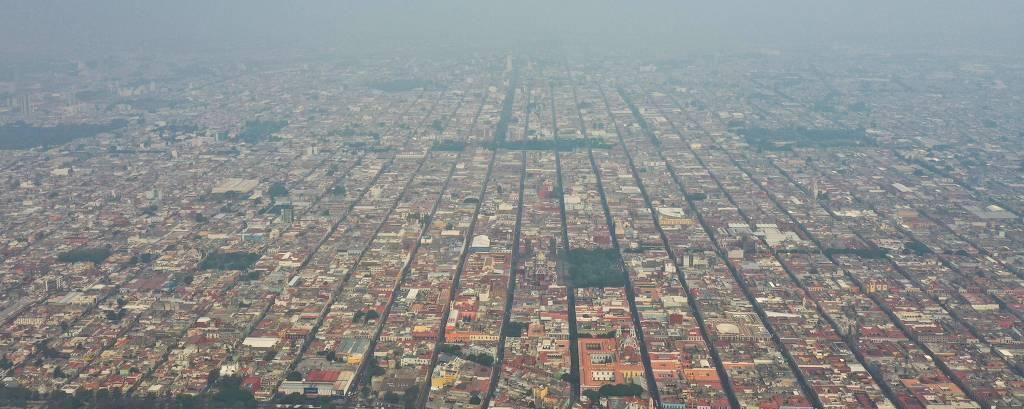 Vista aérea da cidade de Puebla, no centro do México, coberta por camada de poluição
