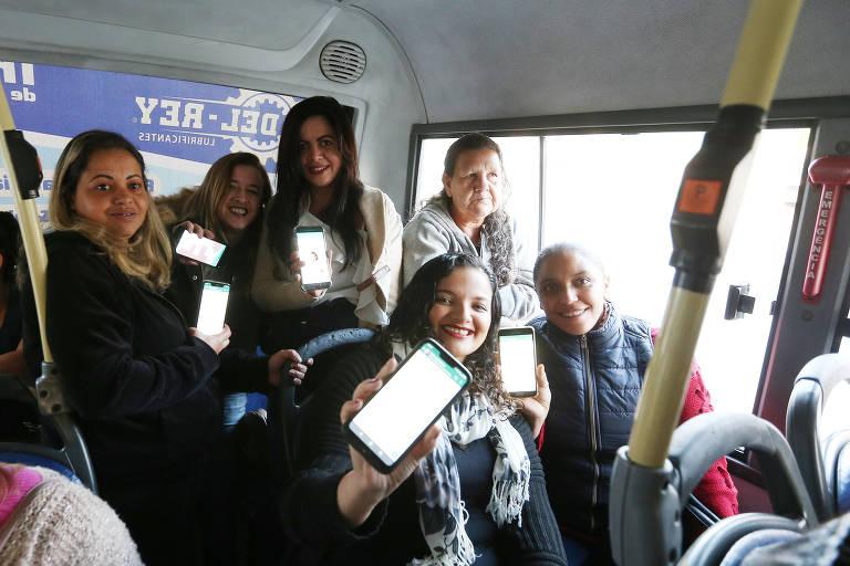 Passageiros formam grupo de Whatsapp no ônibus