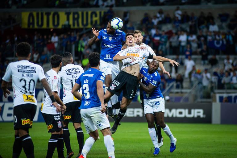 Zagueiro cruzeirense Dedé ganha dos zagueiros corintianos em disputa pelo alto, no Mineirão