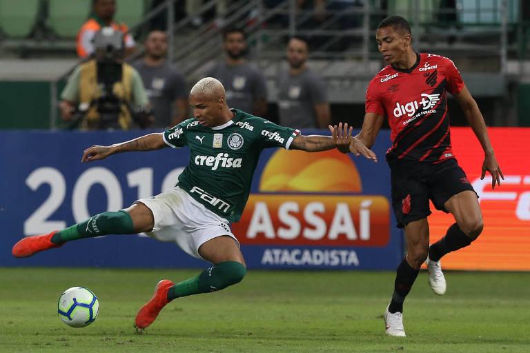 Deyverson disputa bola com o jogador Madson, do Athletico-PR, durante a partida deste sábado no Allianz Parque
