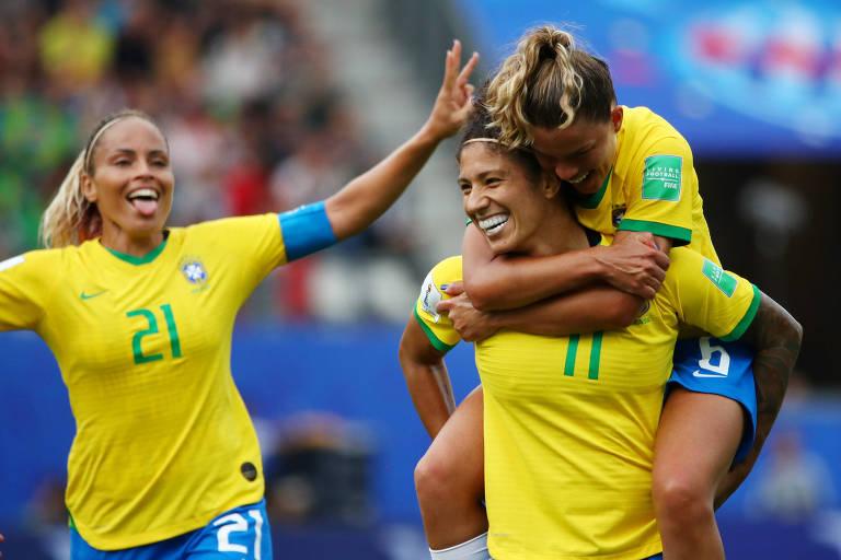 Cristiane é abraçada por Tamires após seu terceiro gol na vitória sobre a Jamaica
