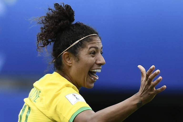 A atacante Cristiane comemora um de seus três gols na vitória brasileira sobre a Jamaica, na Copa do Mundo feminina de futebol