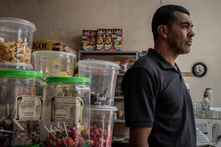 Adilson Charles Ramos de Souza, 45, em seu comércio, em Brumadinho