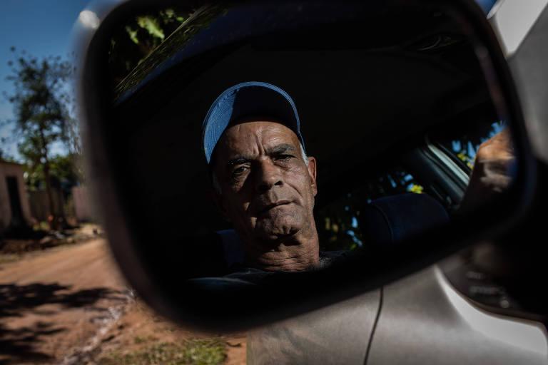 José Custódio Sabino, 62, com o carro que comprou com o dinheiro da indenização da Vale, após a tragédia de Brumadinho