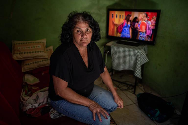 Maria Conceição Aparecida Ferreira das Chagas, 50, com a TV que comprou com o dinheiro da indenização da Vale