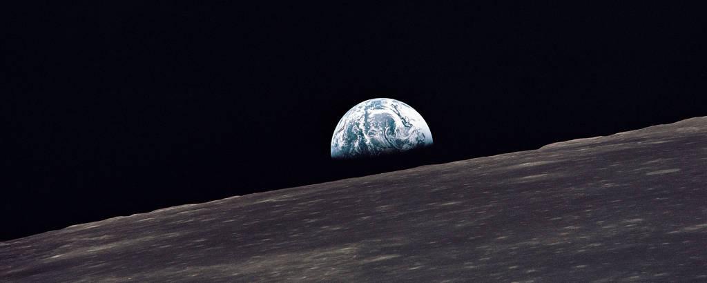 Terra aparece no horizonte lunar em foto feita pela missão Apollo 10 em maio de 1969