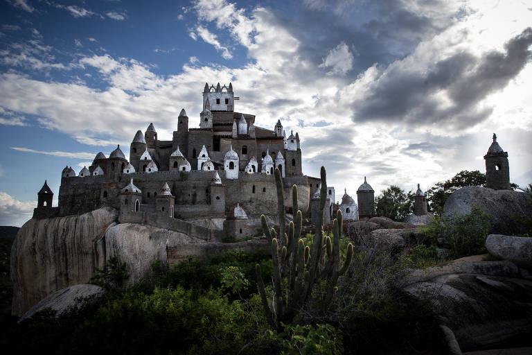 Aposentado constrói há 35 anos castelo no agreste do RN