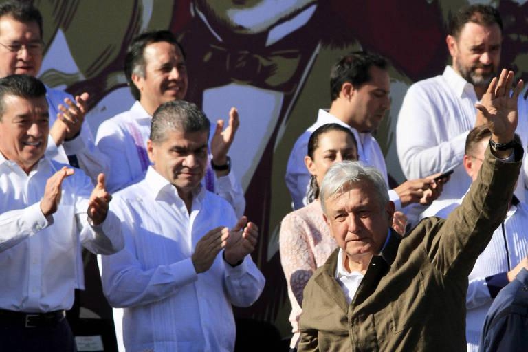 O presidente do México, Andrés Manuel López Obrador, participa de comício em Tijuana, próxima à fronteira com os Estados Unidos, neste domingo (9)