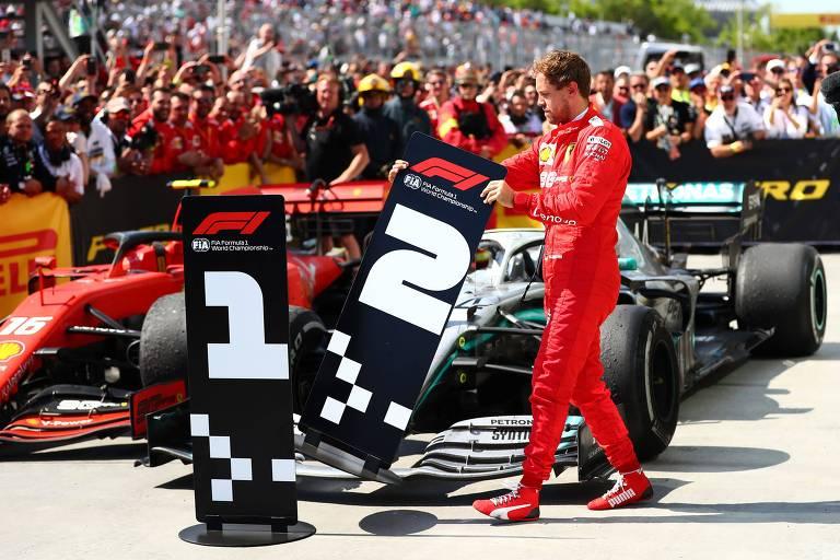 O alemão Sebastian Vettel troca as placas com os números 1 e 2 no GP do Canadá