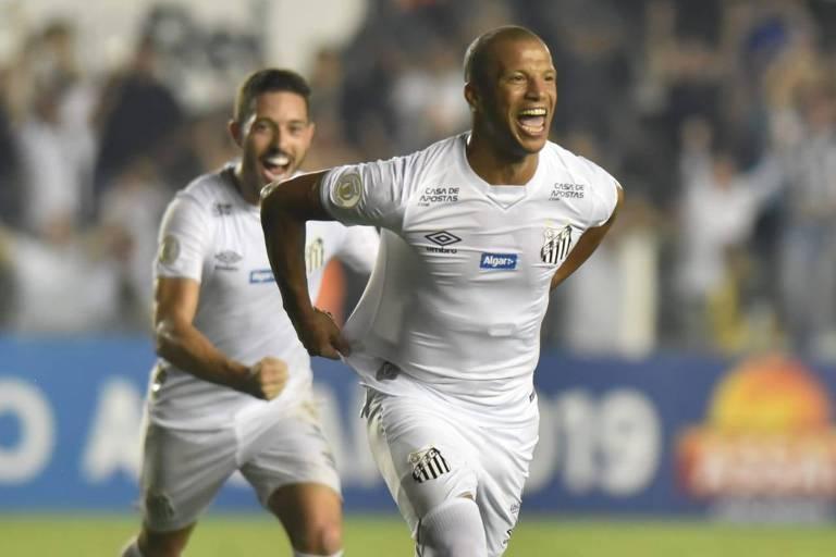 Carlos Sánchez comemora o seu gol, o terceiro do Santos na vitória por 3 a 1 sobre o Atlético-MG, na Vila Belmiro, pela oitava rodada do Campeonato Brasileiro