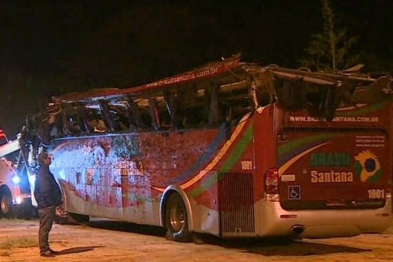 Ônibus que sofreu acidente na região de Campos do Jordão, em SP