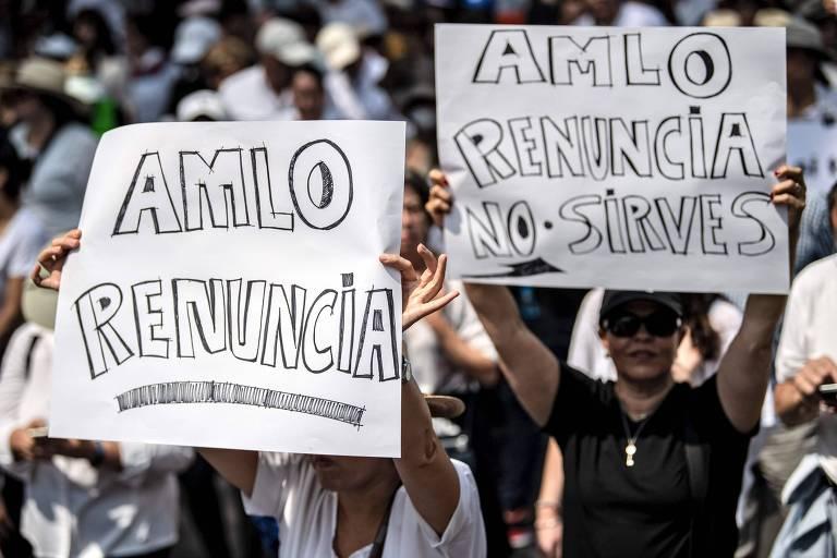 Em marcha contra presidente do México AMLO, manifestantes levam cartazes pedindo sua renúncia