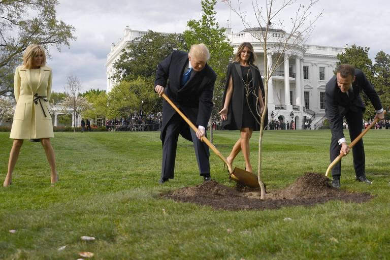 Foto de 23 de abril de 2018 mostra os presidentes dos EUA, Donald Trump, e da França, Emmanuel Macron, junto com suas esposas, Melania e Brigitte, plantando a árvore no gramado da Casa Branca, como símbolo de amizade