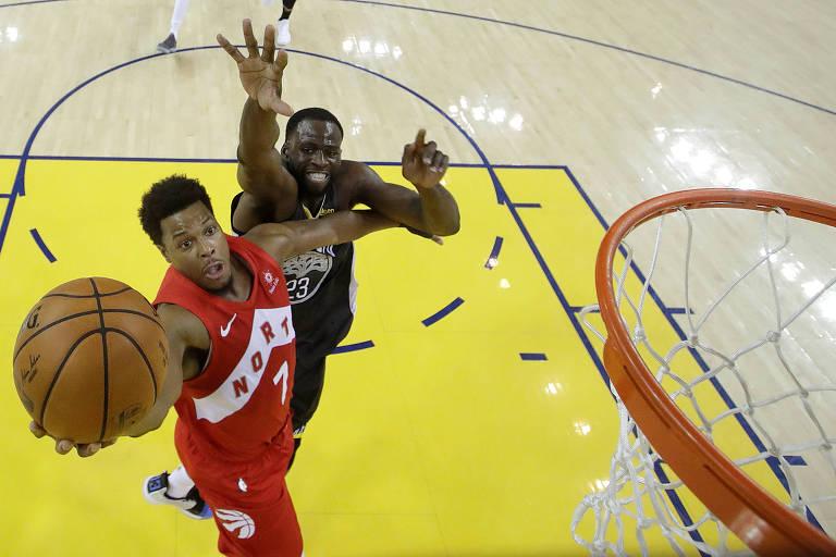 Kyle Lowry salta para fazer a bandeja durante a vitória do Toronto Raptors no jogo 4 das finais da NBA