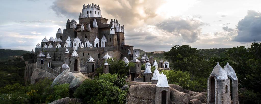 Castelo erguido no meio das rochas na cidade de Sítio Novo (RN)