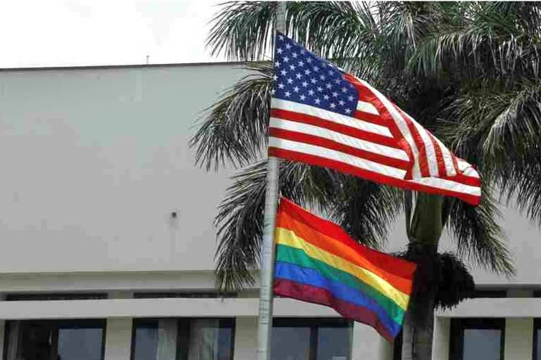 Bandeira do movimento LGBT hasteada junto com a dos EUA na embaixada do país em San José, na Costa Rica 0