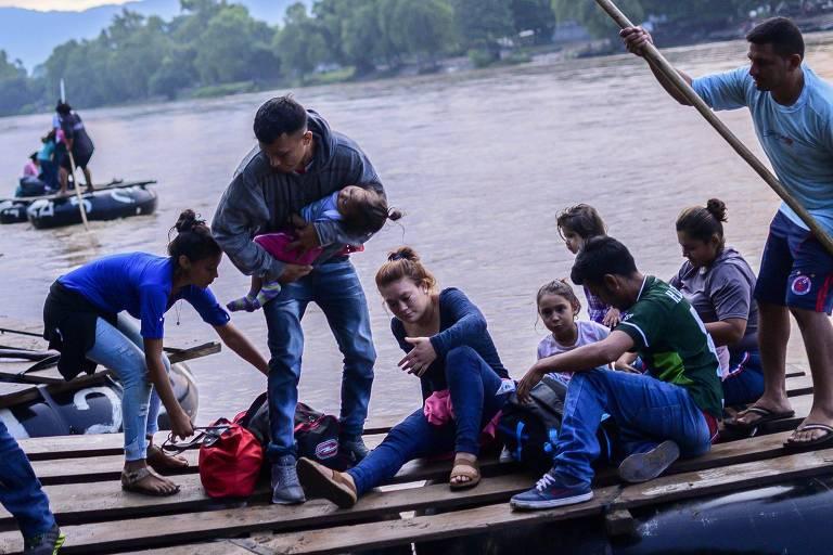 Imigrantes centro-americanos chegam ao estado de Chiapas, no México, após cruzar a fronteira com a Guatemala