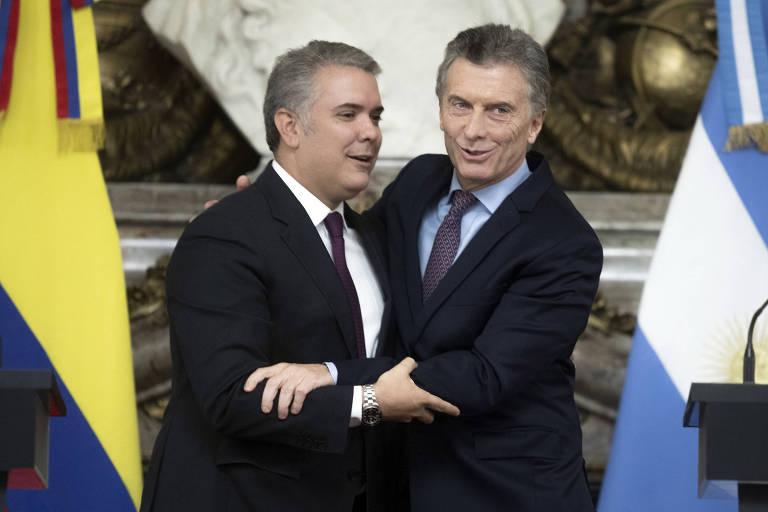 Os presidentes de Colômbia, Iv[an Duque, à esq., e Argentina, Mauricio Macri, cumprimentam-se na Casa Rosada, em Buenos Aires