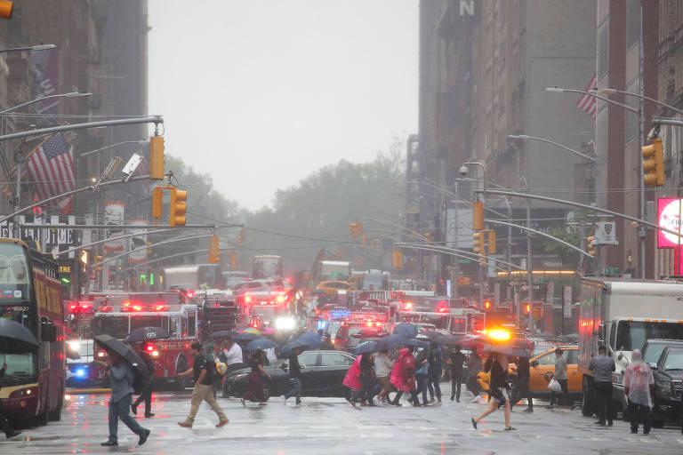 Helicóptero bate em prédio em Nova York