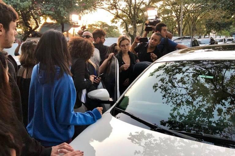 Isabela Tibcherani, 18, na saída do enterro do namorado Rafael Miguel