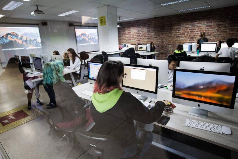 Estudantes de escola que tem matérias cursadas a distância em São Paulo