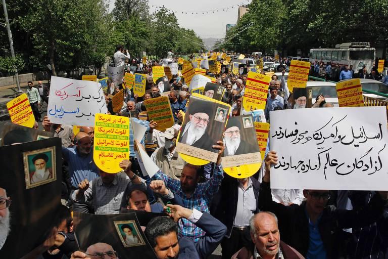 Manifestantes com retratos do líder iraniano Ali Khamenei protestam contra os Estados Unidos em Teerã