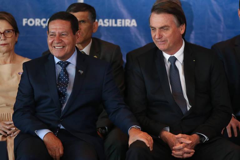 O presidente Jair Bolsonaro conversa com o vice, Hamilton Mourão, em evento nesta segunda-feira (10)