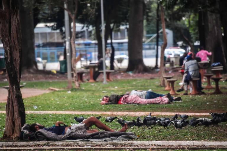 Moradores de rua dormem na praça Princesa Isabel, próximo à região da cracolândia