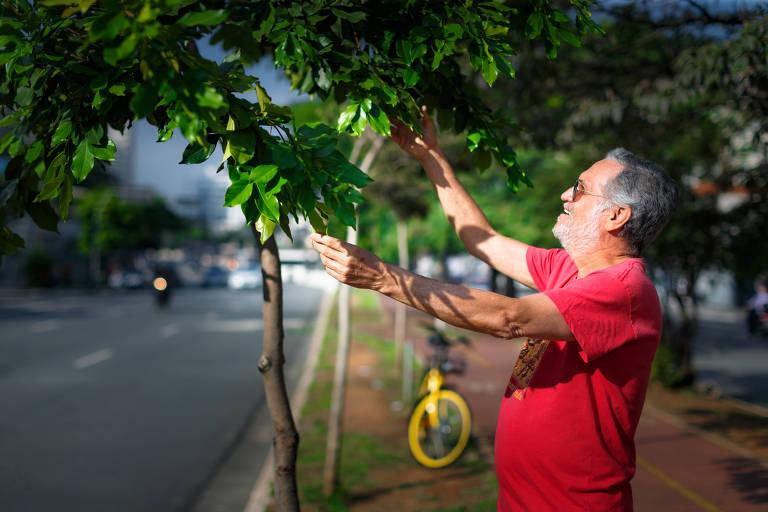 O geólogo aposentado Abílio Nunes, 71, é voluntário no projeto Cuidando do Seu Bairro, em São Paulo